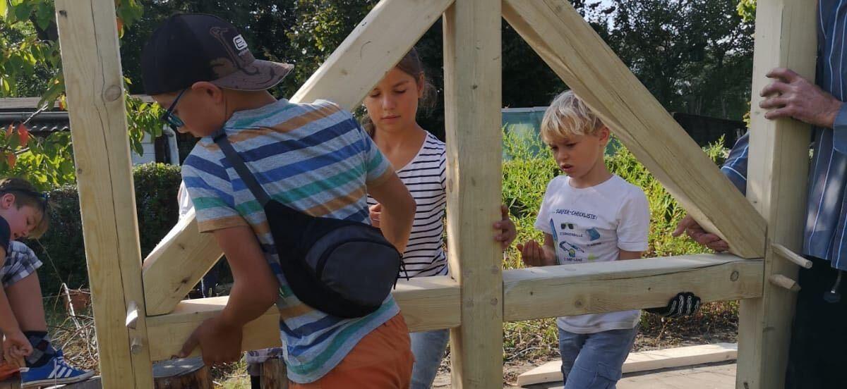 Outdoor Learning: Unser Lehmofen bekommt ein Zuhause